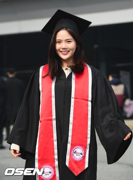 [사진]오마이걸 효정,졸업복-학사모가 잘 어울리나요?