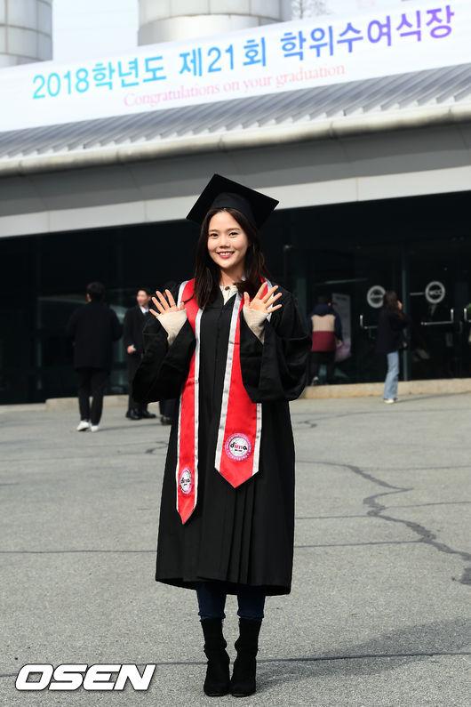 [사진]오마이걸 효정,앙증맞은 졸업복 패션