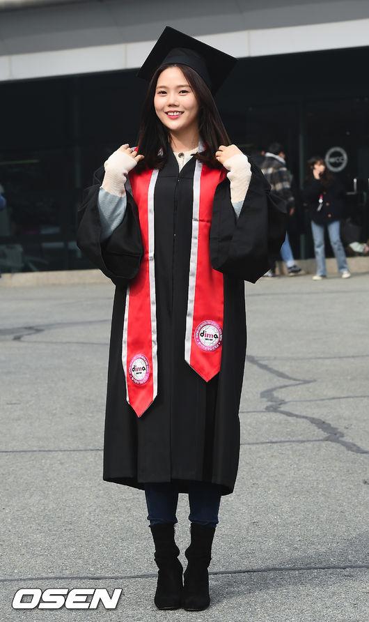 [사진]오마이걸 효정,졸업복 단정하게 입고