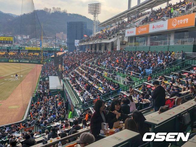 시범경기 첫 주말 '2만8860명' 운집, 미세먼지 걷히고 구름 관중(종합)