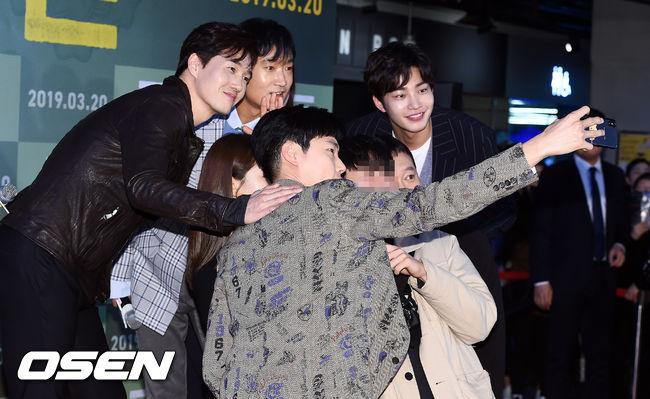 [사진]류준열-유지태,남자 팬과 다정한 셀카