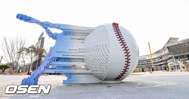[사진]NC 새구장 창원NC파크 중앙광장에 설치된 야구 조형물