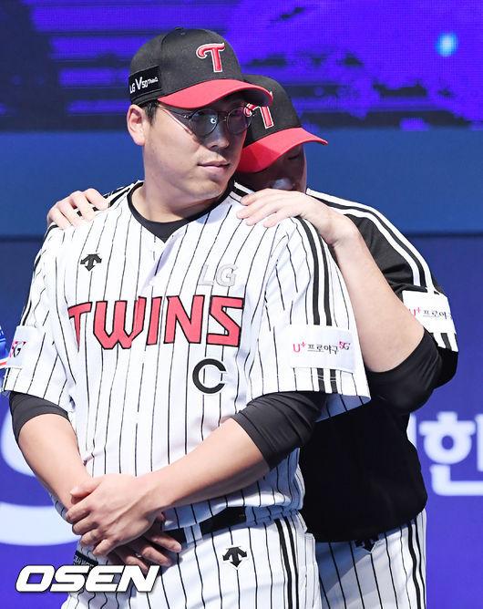 [사진]김현수,이형종의 백허그를 받으며