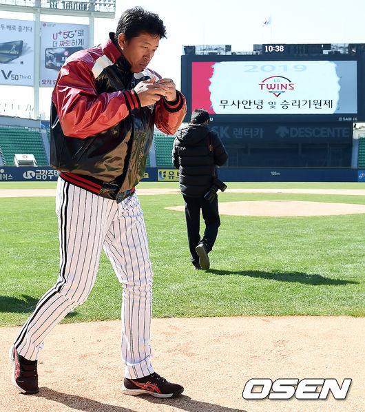[사진]이병규 코치, 선수단의 건강과 성적을 위해 음복