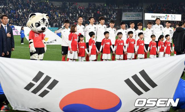 [사진]애국가 부르는 한국,승리 노린다