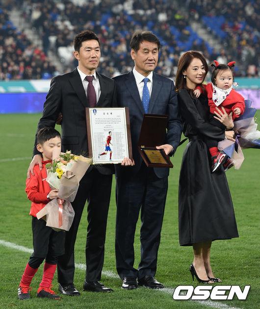[사진]그라운드 떠나는 김정우,그동안 감사했습니다