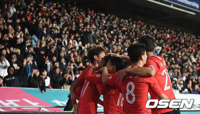 [사진]팬들에 승리 기쁨 안기는 벤투호