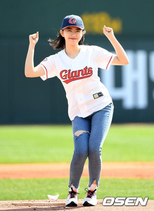 [사진]김소혜,롯데 개막전 승리 응원해요