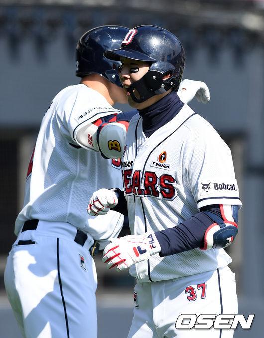 [사진]박건우, 개막 축포는 역전 투런 홈런