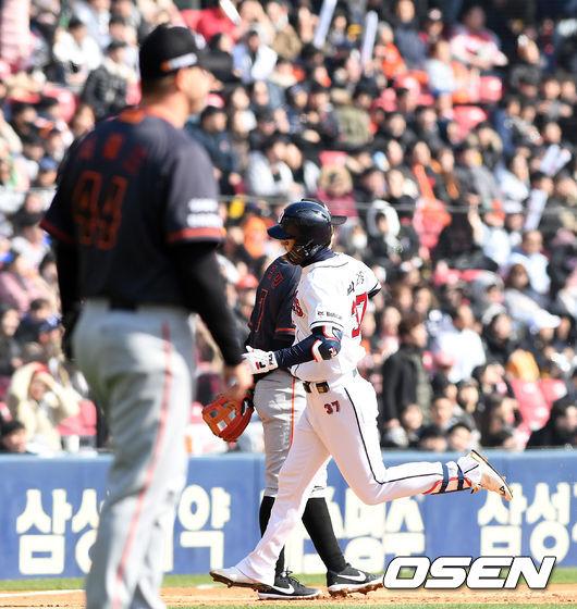 [사진]박건우, 한화 새 외인 서폴드 향한 투런포 신고식