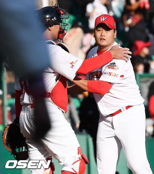 [사진]김태훈,개막전서 시즌 첫 세이브 달성