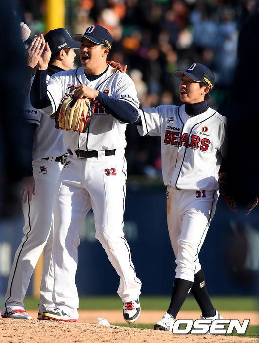 [사진]김재환-정수빈, 개막전 승리 좋다