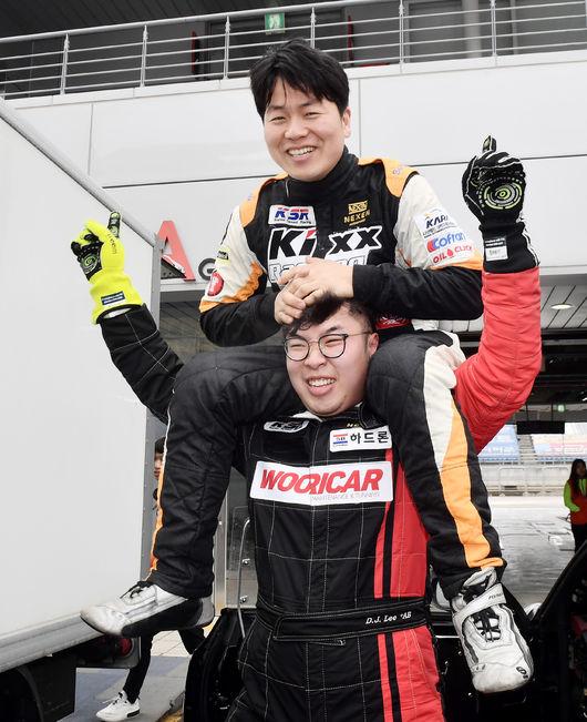 넥센스피드레이싱 최상위 클래스 GT 300 개막전에서 우승한 이대준(사진 아래)이 크게 기뻐하고 있다.