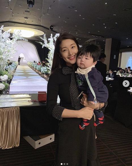 김빈우가 아름다운 미모를 뽐내고 있다.