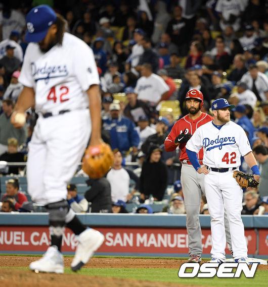 [OSEN=LA(미국 캘리포니아주), 최규한 기자] 16일(한국시간) 미국 캘리포니아주 로스앤젤레스 다저스타디움에서 '2019 메이저리그' LA 다저스와 신시내티 레즈의 경기가 열렸다.  9회초 2사 3루 상황 신시내티 맷 켐프가 다시 앞서가는 1타점 적시타를 날리고 1루에 안착해 장갑을 벗고 있다. /dreamer@osen.co.kr