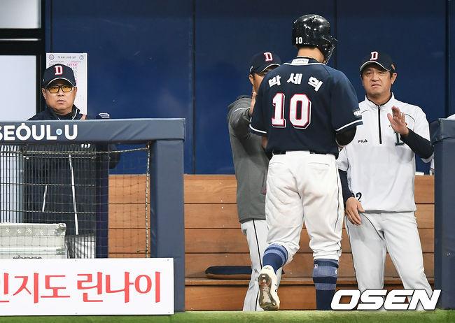 [사진]김태형 감독, 박세혁을 향한 아낌없는 박수