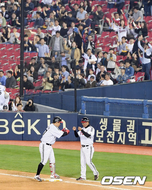 [사진]선취 2타점 적시타 유강남,LG 팬들은 환호