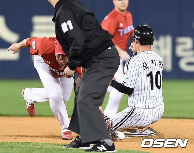 [사진]안치홍,공 놓치며 오지환 도루 허용