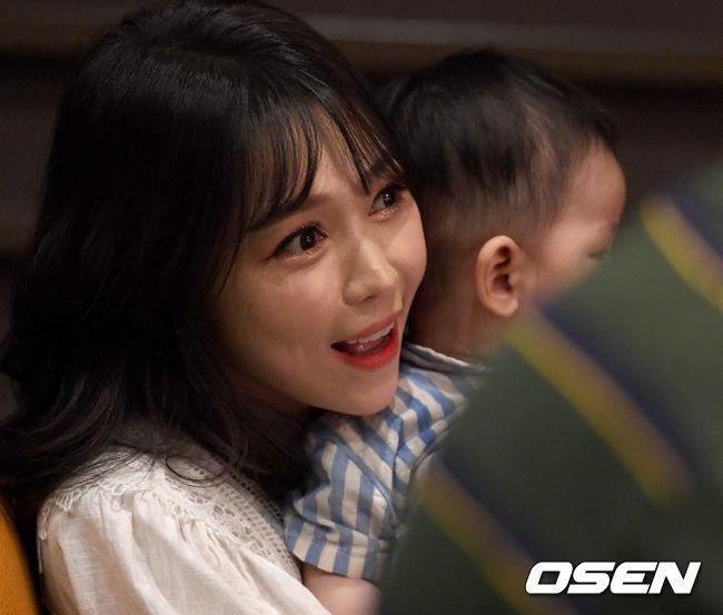 [OSEN=최규한 기자]노지훈 아내 이은혜씨가 아기와 함께 쇼케이스에 참석해 응원하고 있다. /dreamer@osen.co.kr