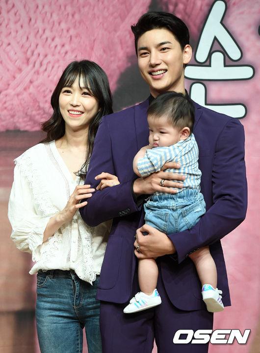[OSEN=최규한 기자]노지훈이 아내 이은혜, 아들과 함께 포토타임을 하고 있다. /dreamer@osen.co.kr