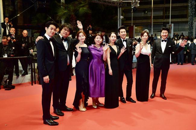 칸 뤼미에르 극장에서 레드카펫을 밟고 있는 '기생충' 감독과 배우들
