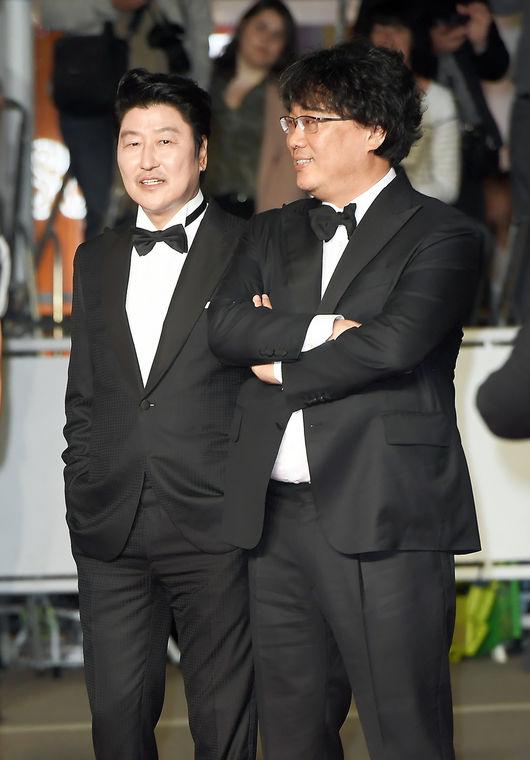 뤼미에르 극장 레드카펫 입장 전 얘기를 나누고 있는 배우 송강호와 봉준호 감독