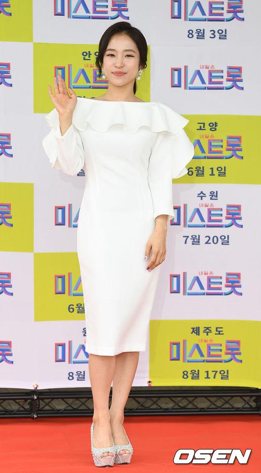 [OSEN=곽영래 기자] 25일 오전 인천 남동체육관에서 '미스트롯' 인천 콘서트가 열렸다.홍자가 포토타임을 갖고 있다./youngrae@osen.co.kr