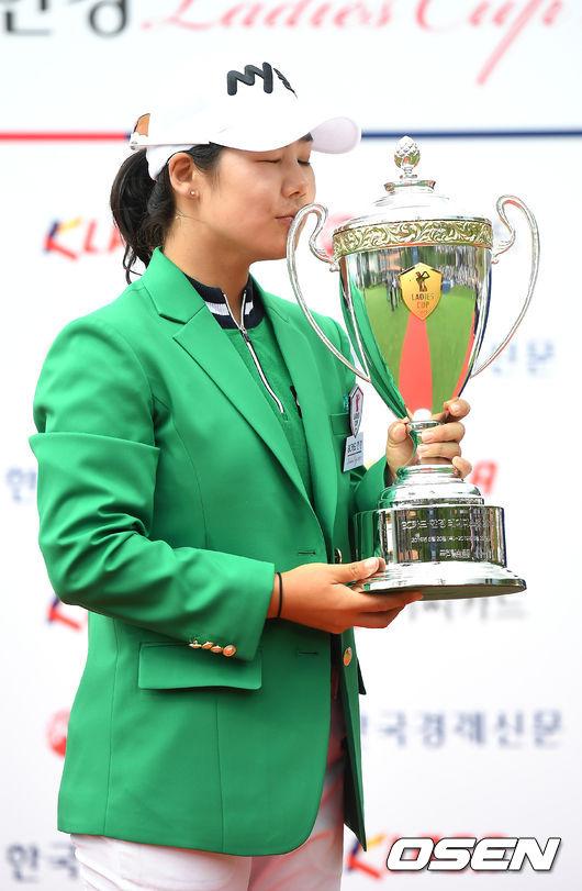 [사진]시즌 2승 조정민,짜릿한 트로피 키스
