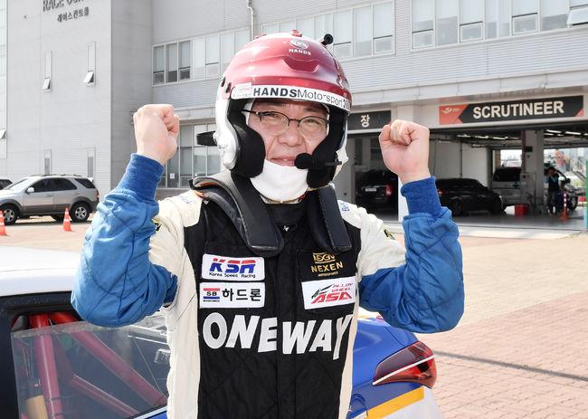 GT100 클래스에서 우승한 원상연의 환호.