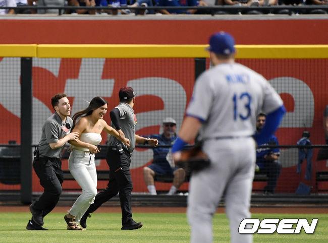 [사진]이틀 연속 다저스 경기에 그라운드 난입한 여성팬