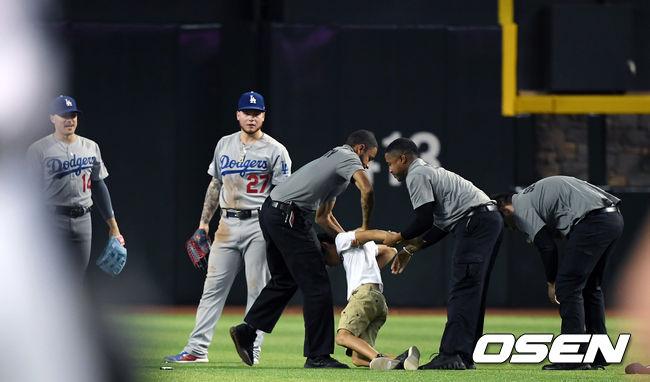 [사진]경기 후 어린이팬의 그라운드 난입 다저스 경기 3일째 반복