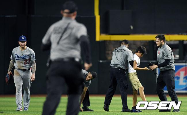[사진]사흘 연속 다저스 경기에 그라운드 난입한 팬