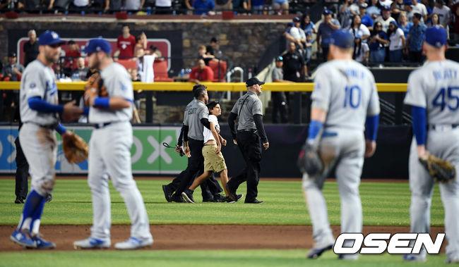 [사진]사흘째 다저스 경기에 그라운드 난입한 야구팬, 이번에는 어린이