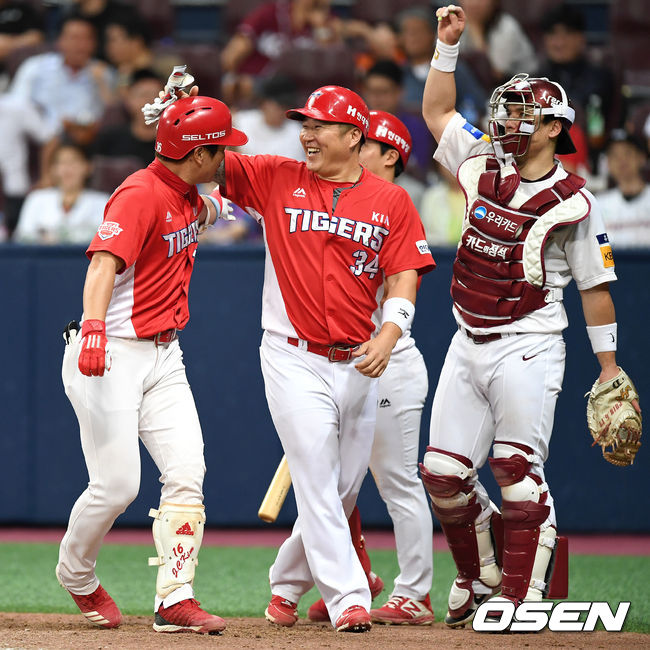 [사진]최형우,김주찬 형님 시즌 첫 홈런 축하해요