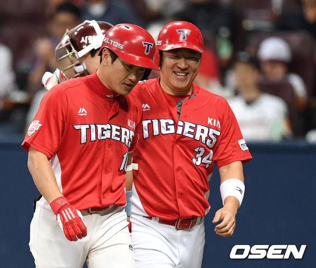 [사진]최형우에게 홈런 축하받는 김주찬