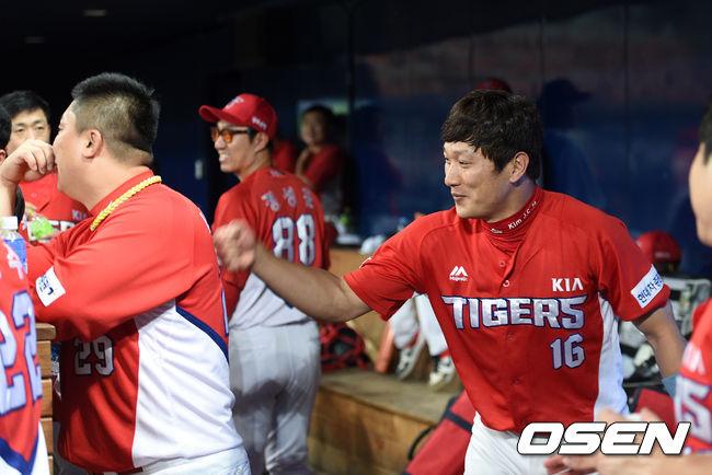 [사진]김주찬,형님 첫 홈런 축하는 해줘야지