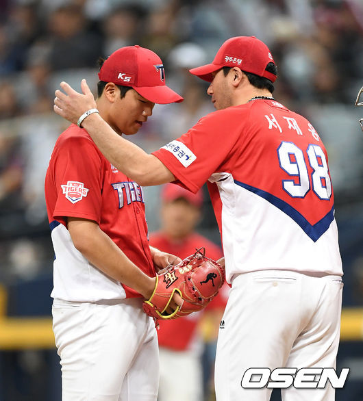 [사진]서재응 코치,김기훈 씩씩하게 잘 던졌어