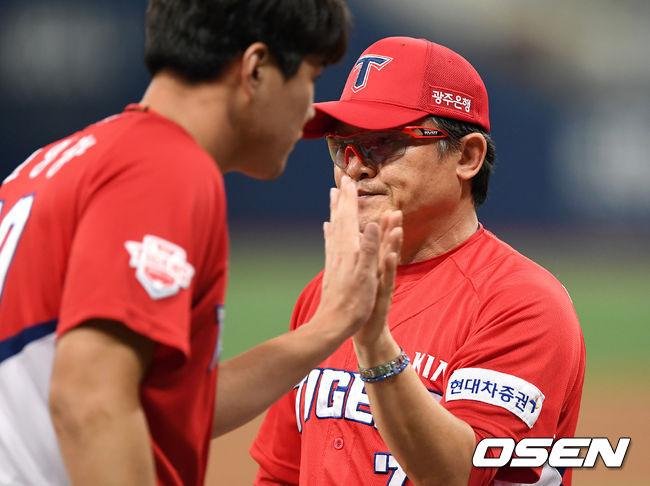 [사진]선수들과 승리의 기쁨 나누는 박흥식 감독대행