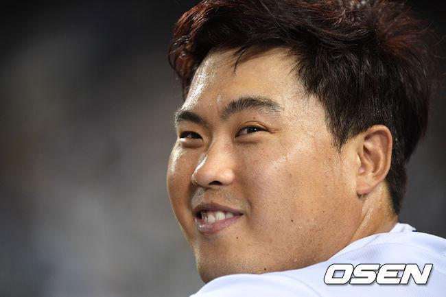 7회초 세 타자를 모두 삼진으로 처리하며 경기를 마친 류현진이 환한 표정을 짓고 있다.