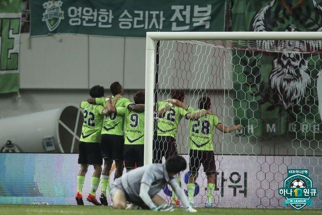 서울-전북, 공격 앞으로! 28518명 관중의 더위 씻어냈다