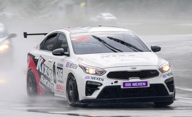 GT-200 클래스에 출전한 송병두가 비가 내리는 태백스피드웨이를 물살을 가르며 질주하고 있다.