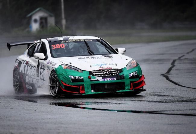 GT-300 클래스에 출전한 이승훈이 청 테이프로 앞 범퍼 부위를 긴급 수리한 차를 타고 서킷을 질주하고 있다.