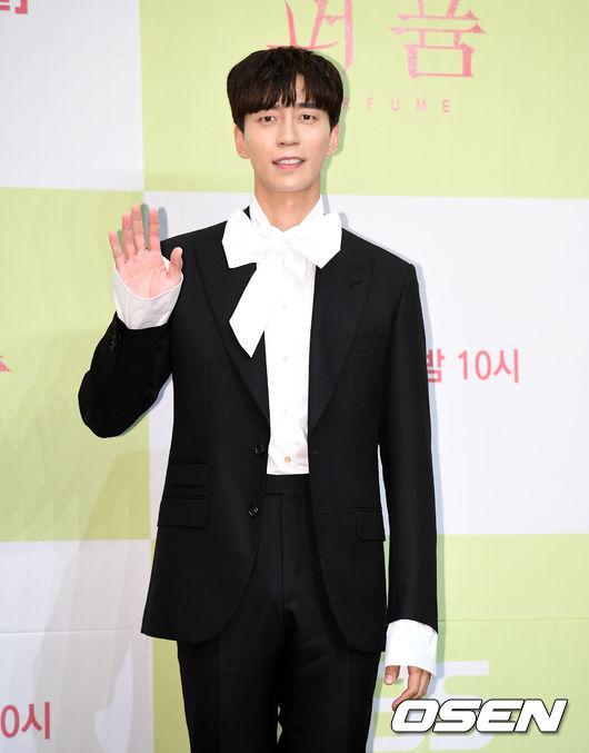 [OSEN=지형준 기자]배우 신성록이 포토타임을 하고 있다. /jpnews@osen.co.kr