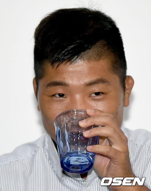[사진] 목이 타 물 마시는 권아솔