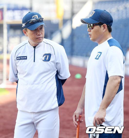 [OSEN=민경훈 기자]NC 이동욱 감독이 훈련 중인 양의지와 얘기를 나누고 있다./rumi@osen.co.kr