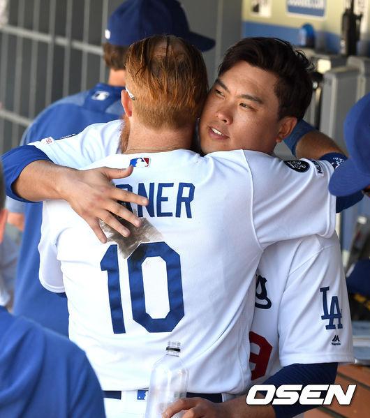 [OSEN=로스앤젤레스(미 캘리포니아주), 지형준 기자] 12일(한국시간) 미국 캘리포니아주 로스앤젤레스 다저스타디움에서 '2019 메이저리그' LA 다저스와 애리조나 다이아몬드백스의 경기가 열렸다.  7회까지 무실점 투구를 펼친 다저스 선발 류현진과 멀티 홈런을 날린 저스틴 터너가 인사를 나누고 있다. /jpnews@osen.co.kr