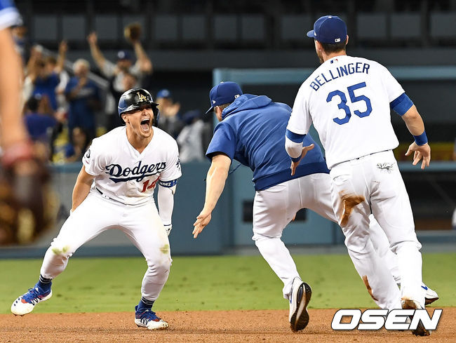 [OSEN=LA(미국 캘리포니아주), 최규한 기자] LA 다저스가 9회 대역전극을 펼치며 3연승을 달렸다.  다저스는 23일(이하 한국시간) 미국 캘리포니아주 로스앤젤레스 다저스타디움에서 열린 토론토 블루제이스와의 홈경기에서 키케 에르난데스의 끝내기 안타로 3-2 대역전승을 거뒀다. 이날 승리로 다저스는 3연승을 내달렸다. 토론토는 5연패 늪에 빠졌다.  9회말 1사 2루 상황 다저스 키케 에르난데스가 끝내기 안타를 날린 뒤 동료들과 기뻐하고 있다. /dreamer@osen.co.kr