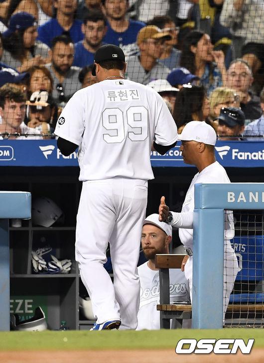 [OSEN=LA(미국 캘리포니아주), 최규한 기자]3회초를 마친 LA 다저스 류현진이 더그아웃으로 가며 로버츠 감독의 격려를 받고 있다. /dreamer@osen.co.kr