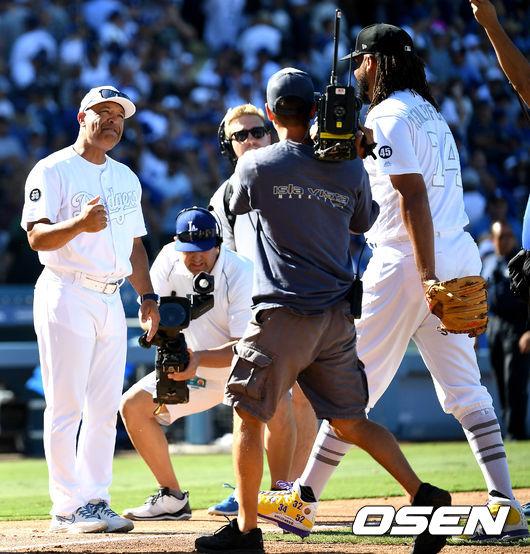 [OSEN=LA(미국 캘리포니아주), 최규한 기자]9회초 2사 만루 상황 양키스 산체스를 삼진으로 이끌며 경기를 마무리지은 다저스 마무리 잰슨이 로버츠 감독과 인사를 나누고 있다. /dreamer@osen.co.kr