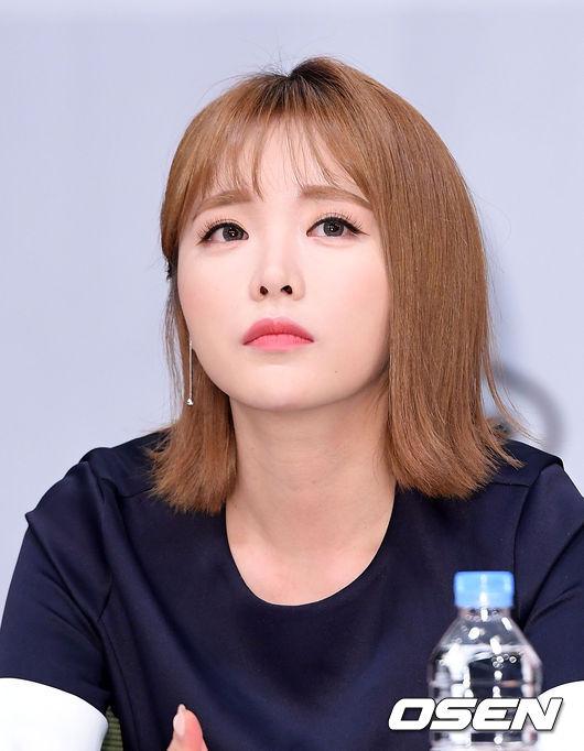 [OSEN=이대선 기자] 12일 오후 서울 마포구 상암MBC 골든마우스홀에서 MBC 새 예능 '발칙한 동거' 제작발표회가 열렸다.  홍진영이 취재진의 질문을 듣고 있다. /sunday@osen.co.kr